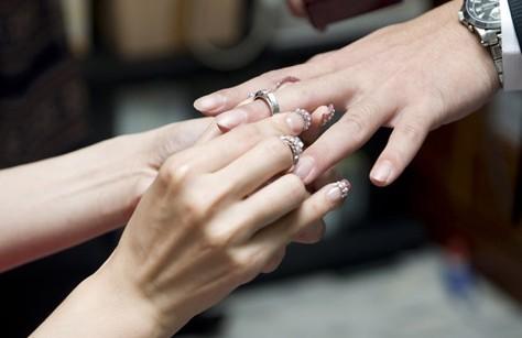 其实,每个男生的手指尺寸都是不一样的,大部分男生佩戴的戒指号数是17图片