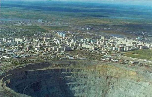 揭秘全球最大钻石坑:坑气能吞直升飞机