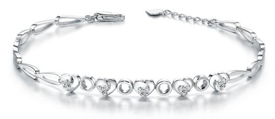 钻石手链越来越受到人们的喜欢!那么,什么是钻石手链呢?钻石手链有什么特点和款式呢?钻石手链怎么佩戴呢?小编今天就和大家聊一聊钻石手链的那些事。  购买钻石手链第一点,选钻石手链之前,先确定自己一个心里的价格范围: 因为不同的价格决定您最终能买到什么样的钻石戒指。比较准确的估计是:如果您买的戒指在1200元以上,钻石的价格通常成了决定您戒指价格的主要因素,所以您需要先去了解一下决定钻石价格的相关指标。 购买钻石手链第二点,款式的选择: 大部分朋友看到的都是圆钻的款式,其实有许多异形钻的款式也是相当的超值精美